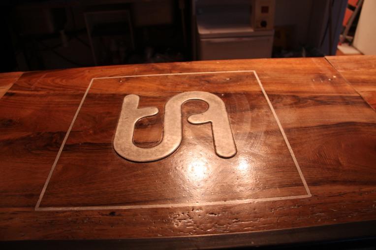 Atelier TA le logo sur le bar